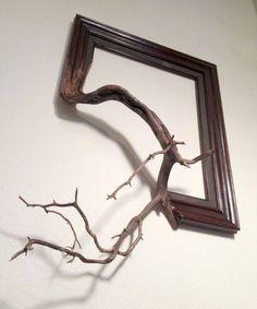 l'interprétation du cadre:  la vie reprend ses droits, le cadre redevient bois. le cadre donné à ma vie, se repense dans une nouvelle vie.                ou bien  le bois est comme travaillé, la vie est comme recadrée. le sauvage devient stylisé. la nature se fait civilité.                 ou çà serait  chassez le naturel,  il revient au galop. cadrez la nature,  elle redevient un halo