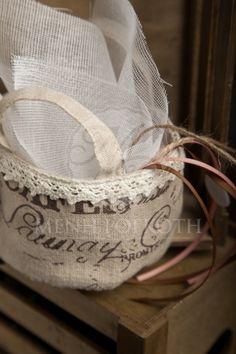 Μπομπονιέρα γάμου vintage style λινό καλάθι με τυπώματα και βαμβακερή δαντέλα