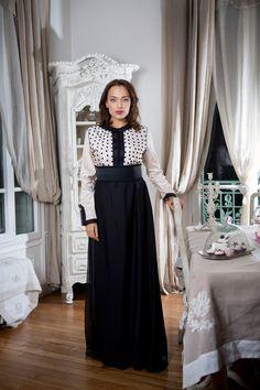 Besoin d'une robe pour une soirée?   Nous vous proposons le #caftan Soumia en shantung de soie & mousseline de soie.  Location se fait directement en ligne en quelques clics ( on choisit sa date & sa taille )  La location est uniquement pour la France.