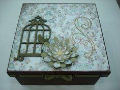 Caixa bijouteria toda trabalhada, com flor e gaiola com detalhe em pedras strass na tampa, e fita na lateral da tampa.