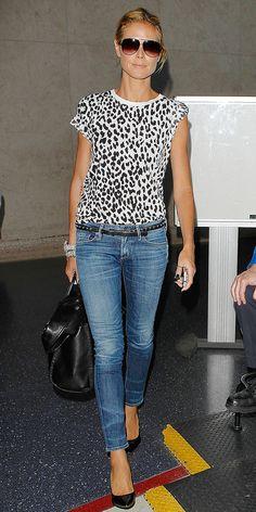 Heidi Klum, jeans, leopard print top, black bag, black patent pumps ☑️