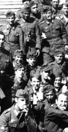 Imagen datada en 1942, voluntario negro procedente de la Legión. Estuvo a las órdenes del sargento2d6ksbm.jpg (328×640)