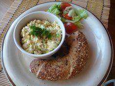 Taky jste měli tak rádi vajíčka jako já? S tímhle salátem byste sice nikoho neobelstili, ale chutná výtečně. Vajíčkomilům vřele doporučuji. 2 porce, příprava 10 minut1 balení tofu natural1/3 hrnku tofunézy (nebo jiné vegan majonézy)1 žebro řapíkatého celeru1/3 hrnku lahůdkového droždí1/2 čl kurkumy1 čl dijonské hořčice1 PLjablečného octa1 čl třtinového cukru1 PL citrónové šťávy1 čl …