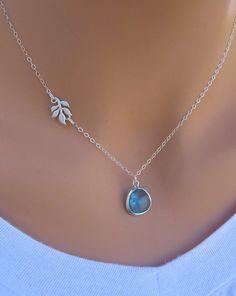 Chaîne avec pierre aigue-marine qui fait la touche bleu à une mariée