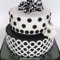 Black and White Wedding Cakes with Red Roses | Black and White Wedding Cakes  *** I LIKE THE BLACK & WHITE POLKA DOT BOW ON THE TOP ***
