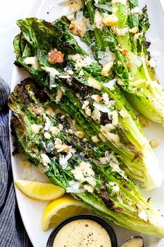 Grilled Caesar Salad with leafy sections of romaine seared on the barbecue to create a lightly charred texture then drizzled in homemade dressing. de ensalada lechuga facil y saludable Grilled Romaine Lettuce, Grilled Caesar Salad Recipe, Caesar Recipe, Chicken Caesar Salad, Summer Corn Salad, Summer Salad Recipes, Summer Salads, Cesar Salat, Grilling
