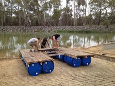 More ideas: How To Build A Transportable Pontoon Raft Out Of Old Pallets And 55 Gallon Plastic Drums Old Pallets, Recycled Pallets, Wooden Pallets, Recycled Materials, Pallet Benches, Pallet Tables, 55 Gallon Plastic Drum, Plastic Drums, Floating Raft