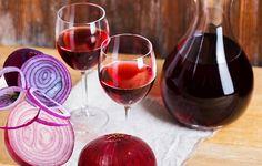Vinul de ceapă este un leac simplu, ușor de preparat în casă și util în felurite afecțiuni. Fitoterapeutul Ovidiu Bojor recomandă în retenția de apă, edeme, ascită, ciroză, pleurezie, pericardită, pietre urinare, reumatism, gută și azotemie. Red Wine, Alcoholic Drinks, Healthy, Glass, Mai, Food, Natural, Drinkware, Corning Glass