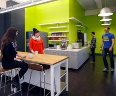 Internet real estate company Zillow has recently revamped their San Francisco office space with the help of Design Blitz. Creative Office Space, Small Office, Office Spaces, Office Canteen, Office Break Room, Real Estate Office, Modern Office Design, Small Room Design, Kitchen Office