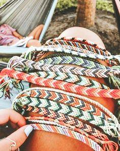 Friendship bracelet how to make macrame Bracelet Fil, Bracelet Crafts, Bracelet Making, Thread Bracelets, Embroidery Bracelets, Beaded Bracelets, String Bracelets, Summer Bracelets, Cute Bracelets