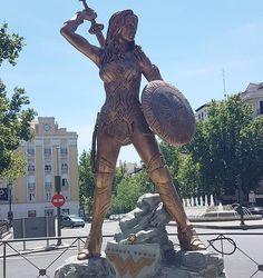 Recuerdos de cuando trajeron a Madrid ésta espectacular estatua de wonder woman y mi pequeña Diana aprovechó para hacerse una foto con ella #wonderwomanfilm #wonderwomanmovie #wonderwoman #wonderwomanfan #dc #heroes #superheroes #superhero #funko #funkopop #funkopops #funkoaddict #funkoaddiction #funkovinyl #funkojunkie #ilovefunko #pop #pops #popaddict #popvinyl #toy #toycollector #toyphoto #toyphotography #toyphotographer #collector #estatua #muñeca #doll #funkoeurope