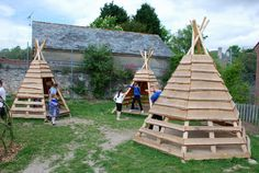 Pallets + logs = teepee for a playground | 1001 Pallets