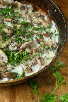 Stroganoff met biefstukreepjes, gebakken paddenstoelen, dille en room. Geserveerd met rijst.