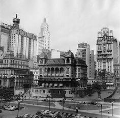 1955. Vale do Anhangabaú, vista da Rua Formosa. Em destaque, o último dos 3 Palacetes Prates. Todos já foram demolidos. Ao fundo, Edifício Altino Arantes (prédio do Banespa).