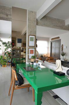 Decoração de apartamento inspirado na Bahia com a mistura de móveis contemporâneos e clássicos. No home office, escritório em casa, mesa verde, cadeira de madeira.