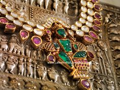 Navrathan Jewellers boasts a large collection of Bridal gold jewellery for that monumental day, and that also includes emeralds and high-end jewellery. India Jewelry, Temple Jewellery, Gold Jewellery, Agate Jewelry, Silver Jewelry, Indian Wedding Jewelry, Bridal Jewelry, Schmuck Design, Antique Jewelry