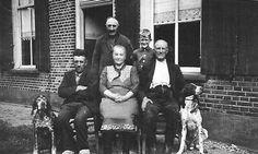 """Familie Heusinkveld op """"Rensink""""- Heelweg/Varsseveld ca. 1950 (met W. de Bie, vakantiegast)"""