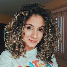 Tipos de cachos: descubra a textura do seu cabelo Ombre Curly Hair, Blonde Curly Hair, Curly Hair With Bangs, Colored Curly Hair, Ombré Hair, Curly Hair Tips, Thin Curly Hair, Curly Highlights, Natural Curls
