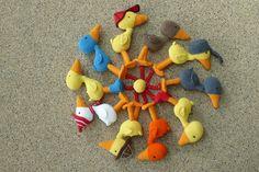 Crochet Animals, Dinosaur Stuffed Animal, Dolls, School Ideas, Diy, Friends, Pom Poms, Amigurumi, Hens