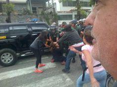 1 de los momentos + fuertes para vecinos de Prados de Este fue a la 1:55pm cuando funcionaria de GN agredió a 1 mujer pic.twitter.com/Yos6Ezat1y