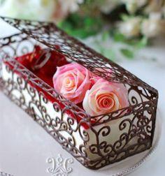 une boîte en chocolat qui contient un cheesecake, décoré de roses et de fraises, comment faire des décors en chocolat