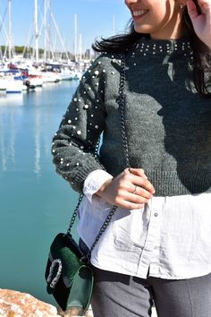 JERSEY CON PERLAS  blogger, fashion, girl, ideas, inspiration, winter outfit, look, 2018, green sweater, grey pants, white sneakers, cute, white shirt, green bag