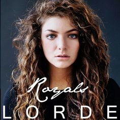 Lorde es una cantante británica con una voz un tanto desgarrada pero con unas canciones muy pegadizas.