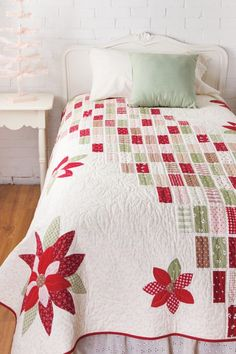 I really like this simple patterned patchwork quilt. Poinsettias Quilt Pattern by Bev Getschel Christmas Quilt Patterns, Christmas Sewing, Quilt Block Patterns, Quilt Blocks, Christmas Quilting, Christmas Patchwork, Colchas Quilting, Quilting Projects, Quilting Designs