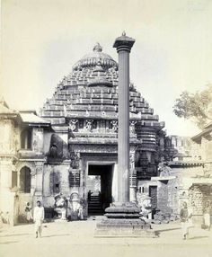 Close view of the lion gate and aruna-stambha of the Jagannatha Temple taken by William Henry Cornish around Indian Temple Architecture, Architecture Panel, Beautiful Architecture, Rare Pictures, Rare Photos, Old Photos, Hindus, Optical Illusion Paintings, Buddhist Shrine