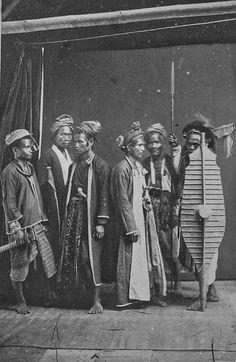 Groepsportret van krijgers uit Noord-Nias. ca 1875