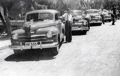 Οδηγοί ταξί με τα οχήματα τους στο Χολαργό, το 1952.