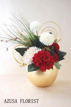 お正月 フラワーアレンジメント - Google 検索 Contemporary Flower Arrangements, White Flower Arrangements, Christmas Arrangements, Flower Centerpieces, Flower Decorations, Art Floral, Deco Floral, Ikebana, Bd Design