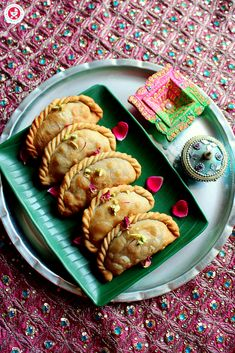 Festive indulgences can be healthy too, as this dry fruit gujiya recipe proves! With dates, dry fruits powder and coconut, this is a perfect healthy treat! Dessert Recipes For Kids, Healthy Dessert Recipes, Fruit Recipes, Desert Recipes, Healthy Treats, Sweet Recipes, Eating Healthy, Delicious Recipes, Desserts