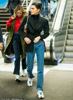 Kendall jenner style 536561743101829171 - Low key: The model a black roll-neck and low-key boyfriend jeans as she shouldered her way… Source by dailymail Look Kylie Jenner, Kendall Jenner Style, Kendall Jenner Outfits, Kendall Jenner Boyfriend, Street Style Inspiration, Mode Inspiration, Looks Street Style, Model Street Style, Looks Dark