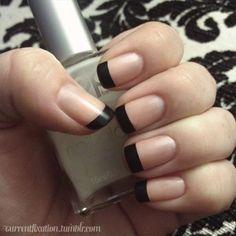 Esta manicura francesa que mira asombrosamente juega con las combinaciones desnudas y negras del pulimento. Las uñas utilizan un pulimento de color desnudo como base y un pulimento negro para las puntas de los dedos que completan las puntas francesas.
