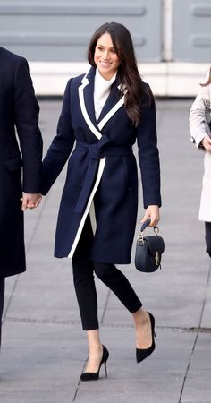 Coat Meghan Markle Photos - Meghan Markle visits Birmingham on March 2018 in Birmingham, England. - Prince Harry And Meghan Markle Visit Birmingham Estilo Meghan Markle, Meghan Markle Stil, Meghan Markle Coat, The Tig Meghan Markle, Work Fashion, Fashion Outfits, Fashion Trends, Women's Fashion, Prinz Harry Meghan Markle
