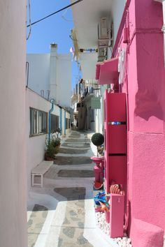 Colorful alley at Santorini island, Cyclades, Greece Beautiful Islands, Beautiful World, Wonderful Places, Beautiful Places, Santorini Island, Mykonos, Greece Islands, Travel Goals, Arquitetura