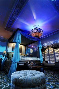 Mi cuarto es grande y muy bonito. Mi cama está cerca de la vetana. El techo es azul. La alfombra está debajo la cama.