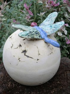Gartenkugel mit Libelle