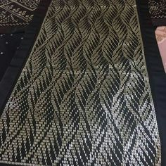 It is a good Cross-Stitch towel example with bright gray. Tallit, Moda Emo, Lehenga Designs, Tapestry Crochet, Weaving Patterns, Diy Jewelry Making, Needlepoint, Cross Stitch, Embroidery