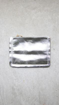 Flat APARTMENT Flat Apartment - Cutout Pouch/Silver FLAT APARTMENTは審美的美しさとシンプルさの間のユニークなバランスを 求める。 毎シーズン、商品と共にそのコンセプトが映された作品は'SERIOUS SERIES' という名前で発表され、 時にはアーティストとのコラボレーションに よりグラフィック、映像などでFLAT APARTMENTを表現している。 Product Description size : Width 25cm/Height 19cm/ Color : Silver Material : Cow Skin/ Chamude(内部) No Flat Apartment - Cutout Pouch/Silver PRICE 14,700円(内税) STOCK sold out