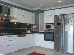 Yeni beyaz mutfak siyah granit tezgah Modelleri