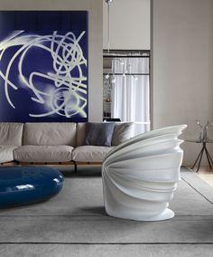 Modesty Veiled is een ontwerp van Italo Rota uit de collectie van Driade. Deze futuristische en moderne designstoel is een echte eye-catcher. Door het gebruik van hoogwaardig materiaal is deze stoel geschikt voor zowel buiten als binnen. De Modesty Veiled zal dan ook prachtig staan in uw entree of tuin.