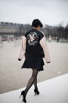Street style en Paris Fashion Week © Josefina Andrés Street Fashion Show, Paris Fashion, Bowling Shirts, People Dress, Street Style Looks, Parisian Style, Chic, Leather Skirt, Fashion Outfits