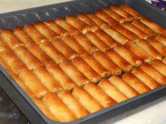 """Η Συνταγή είναι της κ. Παναγιώτης Δασκαλούδης – """" Οι Νεες Συνταγες της μελι-τζ-Αννας"""". ΥΛΙΚΑ 20 φύλλα πολύ λεπτά νωπά, από γνωστό σας εργαστήριο και όχι από σούπερ μάρκετ, 1 πακέτο φρέσκο βούτυρο αγελάδος άριστης ποιότητας(250-300 Hot Dog Buns, Hot Dogs, Food To Make, Deserts, Food And Drink, Sweets, Bread, Cake, Ethnic Recipes"""