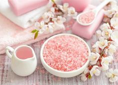 This DIY Himalayan pink salt scrub is made with all natural ingredients that you probably already have in your kitchen Body Scrub Recipe, Diy Body Scrub, Natural Body Scrub, Natural Skin Care, Natural Beauty, Natural Glow, Beauty Box, Diy Beauty, Beauty Tips