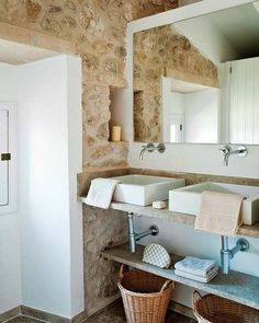 Mediterranean wall design for a chic ambiance! Mediterranean Bathroom, Mediterranean Style Homes, Washroom, Scandinavian Style, Wall Design, Bathtub, Chic, Furniture, Country Houses