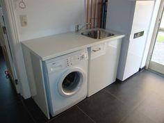 voor op zolder, een werkblad boven de wasmachine en droger + spoelbak