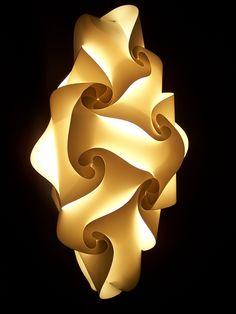 Abatjour SENSITIVE http://www.lampadesign.com/scheda.php?id=3 E' un punto di luce e di arte. Nella sua forma allungata dà un tocco di estro  e originalità ai tuoi spazi.  Perfetto per corridoi, ingressi, bagni per le sue ridotte dimensioni  Scegli i colori che più ti piacciono, te lo costruiremo come tu lo desideri