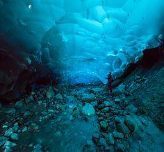 El glaciar Mendenhall es un gigante de hielo de 12 kilómetros de extensión en Alaska. En su interior, debido al aumento de la temperatura, el retroceso del glaciar y el deshielo va tallando cuevas internas que van variando de tamaño y posición,